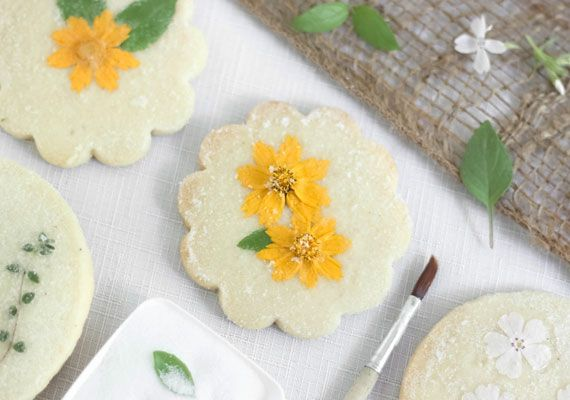 #DIY edible flower shortbread makes a pretty favor for bridal and baby showers.