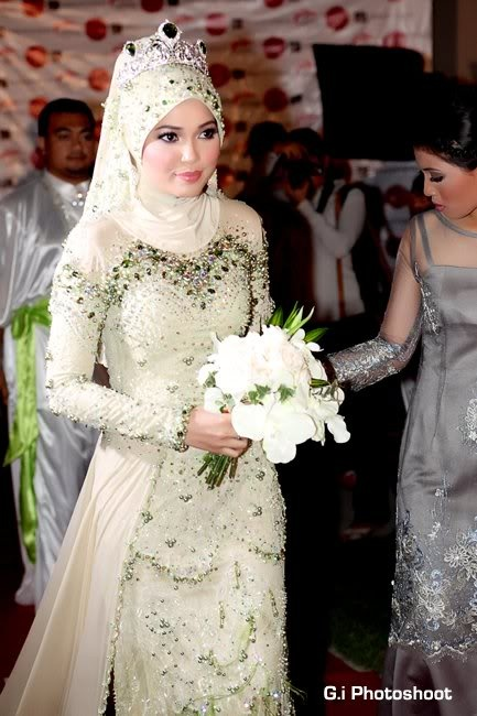 love the tiara, the dress, the  color....  [Farah AF2- Reception]