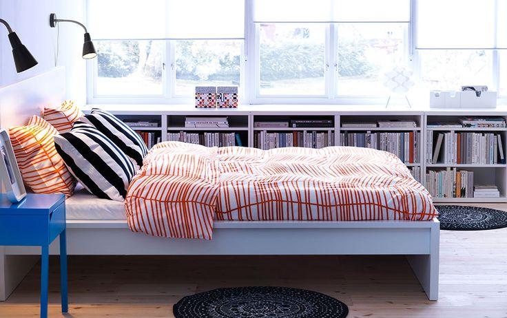 MALM/マルム ホワイトのベッドとSELJE/セーリェ ブルーのベッドサイドテーブルとÖDESTRÄD/オーデストレード オレンジの掛け布団カバーと枕カバー
