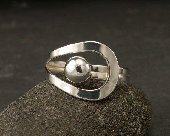 Deze argentium sterling silver ring is een eenvoudige ronde band heeft een gebogen lijn die een 6mm sterling zilveren bal accentueert. Deze ring is ontworpen om de kromme natuurlijk rond de vinger voor een comfortabele pasvorm. Deze ring is ook enigszins instelbaar voor de perfecte pasvorm (past ongeveer een 1/4 grootte omhoog of omlaag).  Op dit moment in voorraad maten: 7 (gereed voor verzending) Deze ring kan worden gemaakt om te bestellen in de maten 5-10 (schepen in 4-5 dagen) Om te…