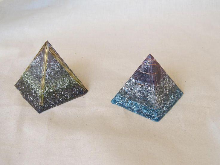 Estas piramides de orgonitas estan hechas de diferentes metales. Recuerda que las orgonitas que son muy transparentes no hacen su funcion como debe ser. La proporcion de metal-resina es del 50% y un cuarzo lechoso. Luego.... puedes dar rienda suelta a tu imaginación para que sean algo muy personal. Estas llevan amatistas a parte de aluminio, hierro y latón.