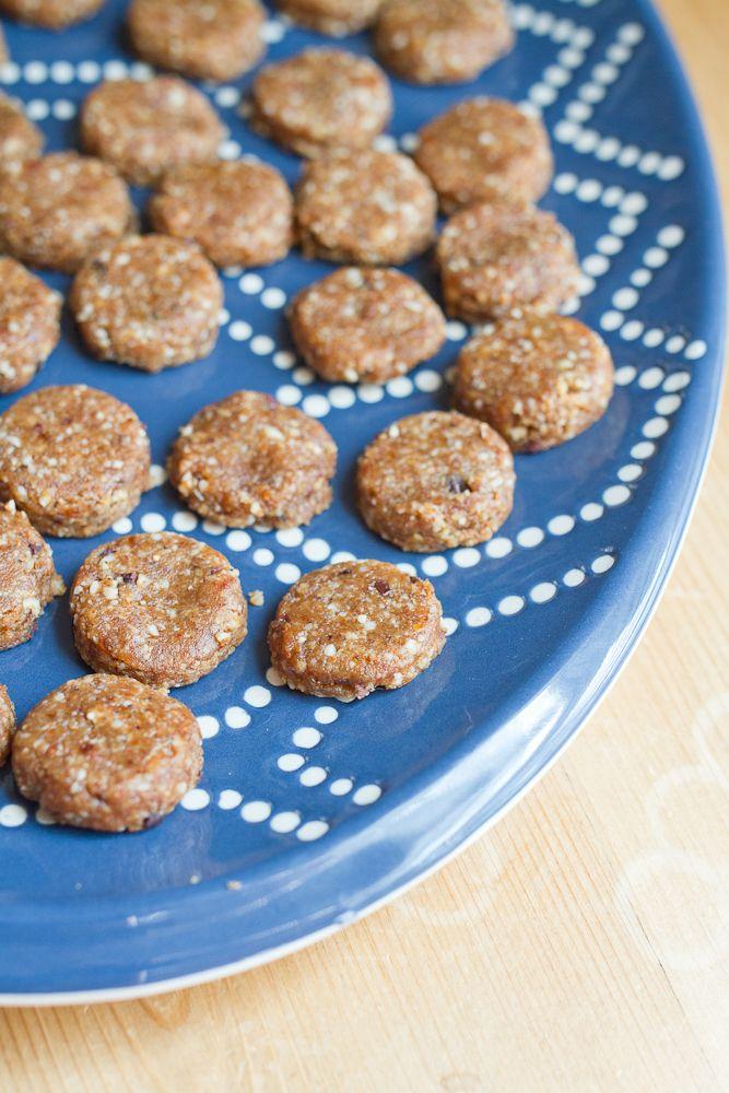 Nepečené mandlové koláčky jsou zdravé a rychle hotové. Jedinečné vánoční cukroví, které neobsahuje žádný rafinovaný cukr a přesto je výborné. Ingredience 1 hrnek mandlí 10 datlí, vypeckovaných a nakrájených na kousky ½ hrnku másla 1-2 lžíce kakaa 2 lžičky vanilkového extraktu ¼ lžičky soli Postup Vložte mandle do mixéru a rozmixujte najemno. Přidejte datle, máslo, ...