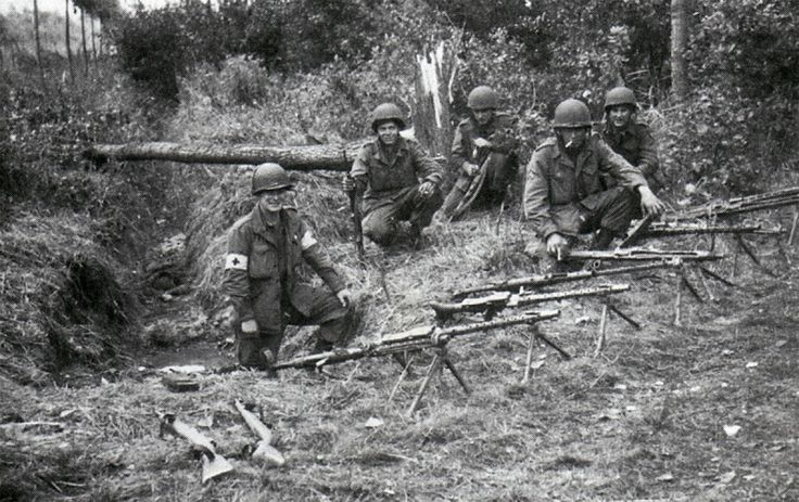 Troopers of the 1st Battalion, 501st PIR/101st Airborne Division with their captured German guns near the Dutch town of Veghel, 1944