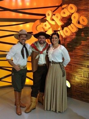 """(Galpão Crioulo) - """"Creole Shed"""" TV show that discusses various issues related to the gaucho culture.  Presenters and singers in image;  Neto Fagundes and Shana Müller,"""