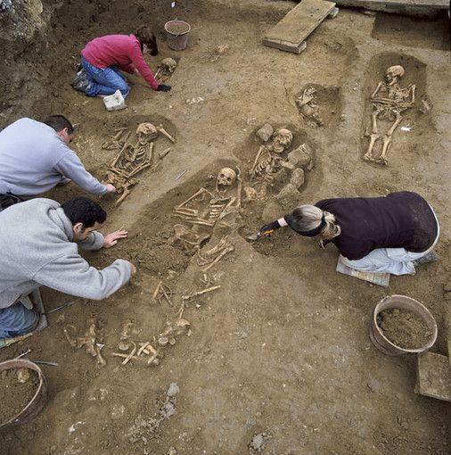 Fouille des sarcophages mérovingiens.
