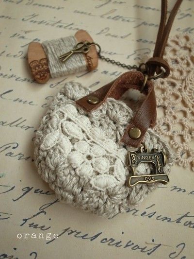 Crochet Mini Bag Charm Necklace With Leather Strap And Handles. http://st01.zorg.com/pict/201203/15/101127199001300039461_5lzdjio5og.jpg http://st01.zorg.com/pict/201210/08/101898008001300039461_av22ww85og.jpg http://st01.zorg.com/pict/201210/08/101685019001300039461_cu6p59ivog.jpg