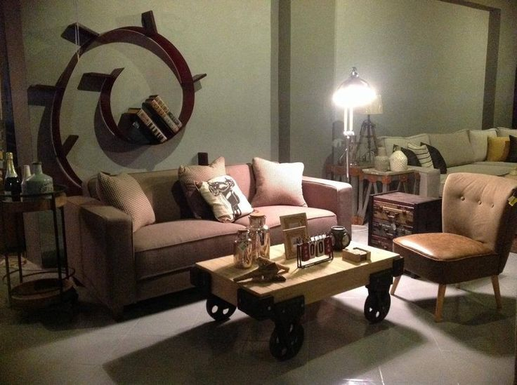 Ένας λιτός καναπές σε συνδυασμό με τραπέζι με ρόδες και πολυθρόνα από τεχνόδερμα δημιουργεί ένα ζεστό ύφος που παραπέμπει σε βιομηχανικό στυλ. Τραπέζι με ρόδες 175€ Πολυθρόνα 195€