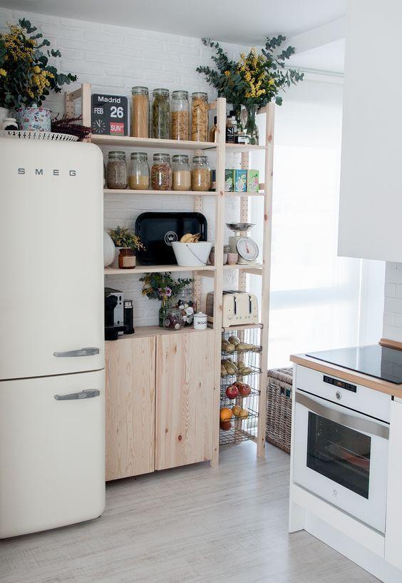 Una cocina pequeña luminosa y ordenada con todo a la vista, beneficios de un bu…