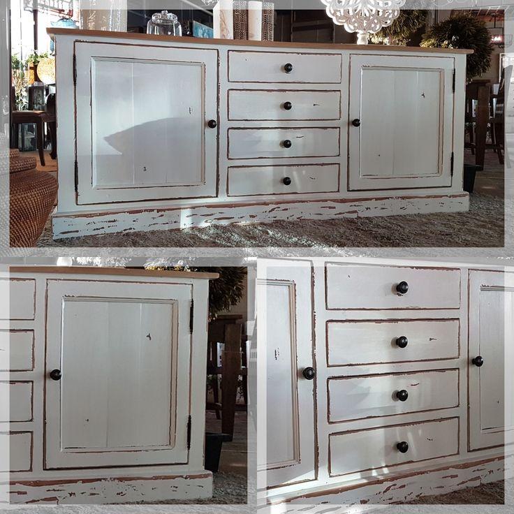 ¿Sabías que los muebles blancos aportan luminosidad a la sala y realzan tanto La Luz natural como la artificial? Además, es fácil la combinación con otros colores y con diferentes estilos.