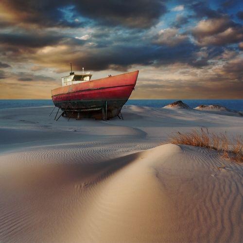 Czerwona łódź / Fotoklimat / Fotografia / Konceptualna