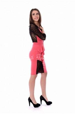Rochie eleganta cu peplum lateral si decupaje transparente din dantela.