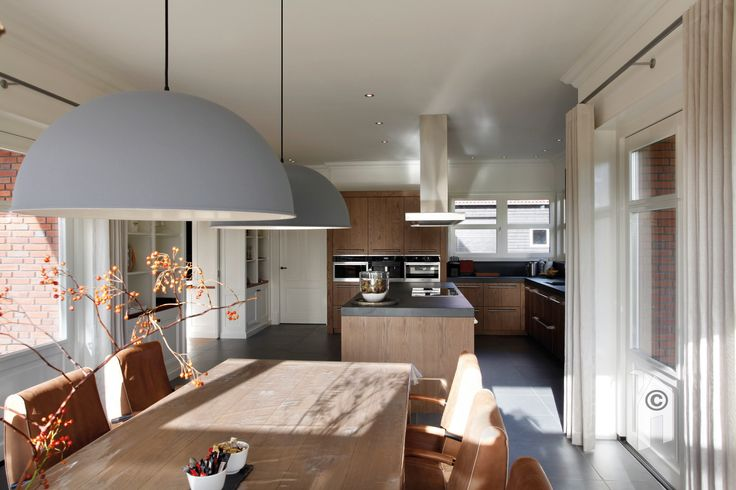 Jaren-dertig villa in landelijke omgeving. Ruime woonkeuken met kookeiland.