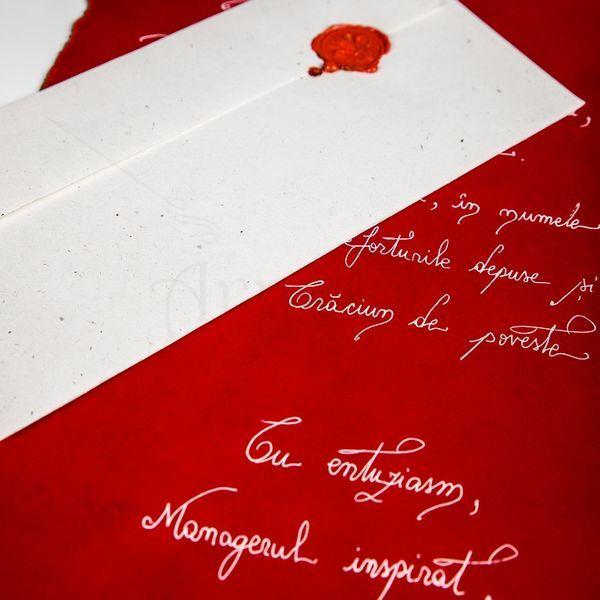 Investeste in emotii, creeaza amintiri. O scrisoare cu un mesaj complet personalizat, scris caligrafic, hartie si plicuri diverse texturi si culori potrivite ocaziei tale si sigiliu pentru a pastra misterul. Pret: 49 lei/buc.