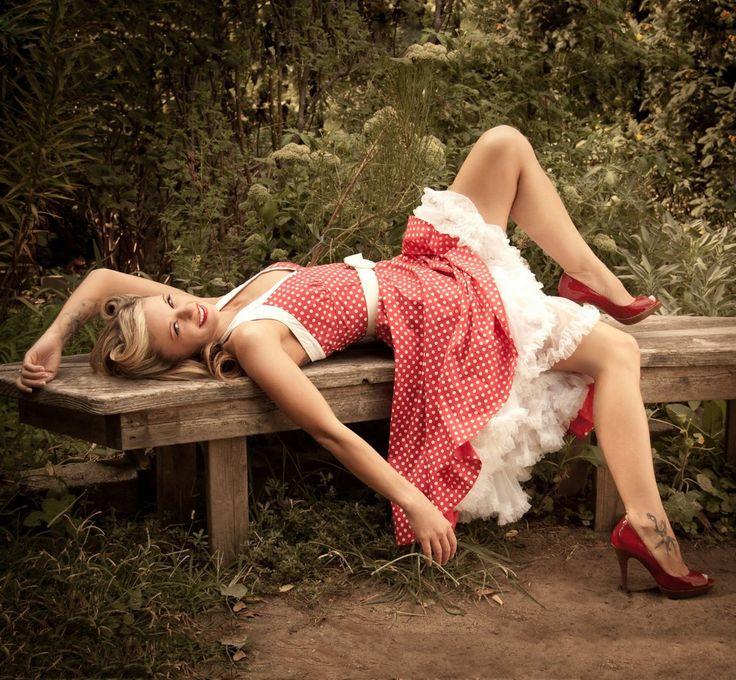 эротические фото женщин в красном платье в горошек