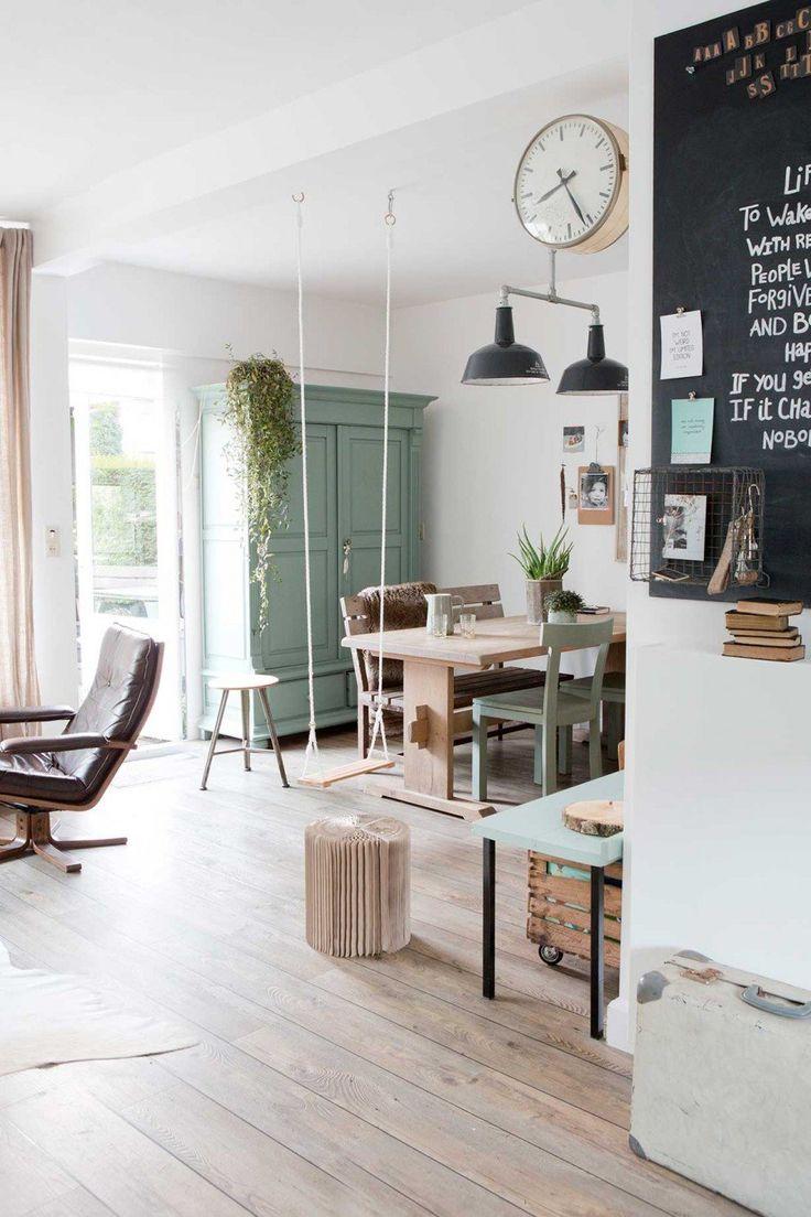 Pièce à vivre à la déco scandinave avec balançoire intérieure en bois clair.
