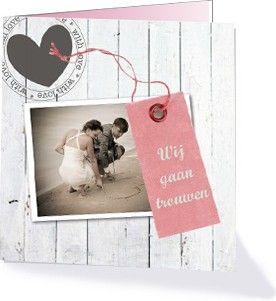 Lieve, romantische trouwkaart met wit steigerhout en zachte kleuren. Deze kaart komt uit de collectie 'Trendy trouwen trouwkaarten' van Kaart op Maat.