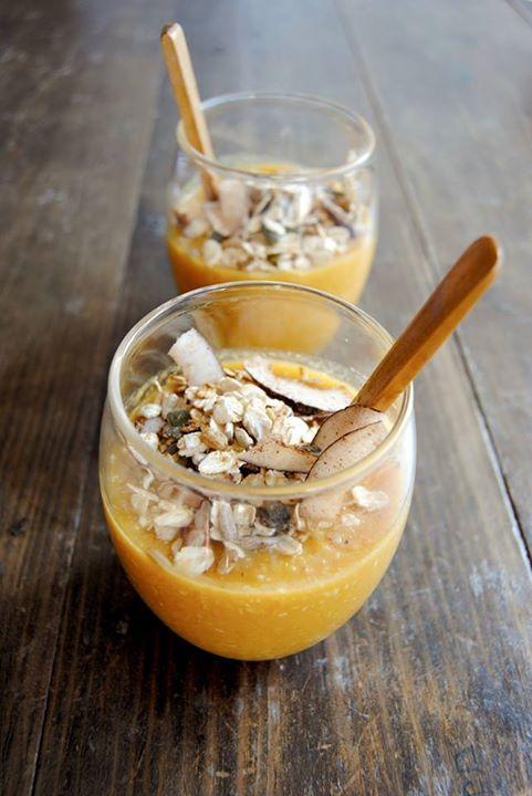 Smoothie de Abóbora, Manga e Côco Smoothie c/ proteína, fibra, gorduras boas e açúcar naturalmente presente: 1 manga média, 1 chávena de puré de abóbora (abóbora em cru, se preferir), 1/2 chávena de leite de aveia, 4 colheres de sopa de côco desidratado e ralado. Opções: juntar colher de chá de gengibre em pó, canela, cravinho ou noz-moscada). Eu servi com granola caseira - 1 punhado de frutos secos também funciona.