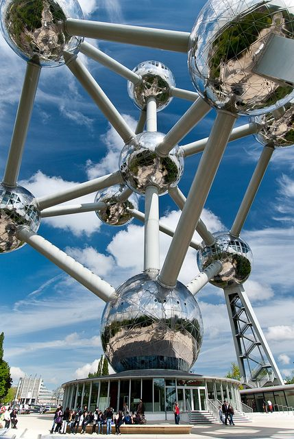 L' Atomium - C'est un monument de Bruxelles, construit à l'occasion de l'Exposition universelle de 1958 et représentant la maille conventionnelle du cristal de fer (phase cubique centré) agrandie 165 milliards de fois. Belgique.