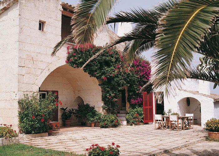 Piedra de marés y muros encalados, las fachadas de los predios menorquines son frescas y veraniegas.