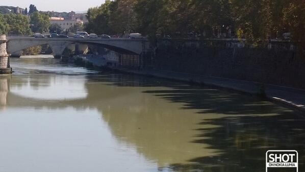 #Romaè il suo fiume lento e indolente e la frenesia del traffico e dei suoi abitanti...  Scatto di @Valentina Cinelli con @Nokia Italia #Lumia1020
