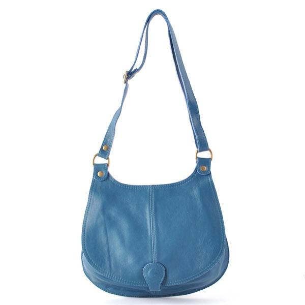 Blauw schoudertasje: draag op een jeans met een paar blauwe killer heels. Succes verzekerd!