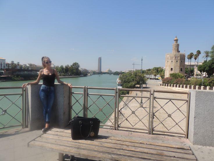 Con esta imagen en el río Guadalquivir donde podemos ver la torre del oro de Sevilla, podemos trabajar nociones sociales donde entraría el patrimonio.
