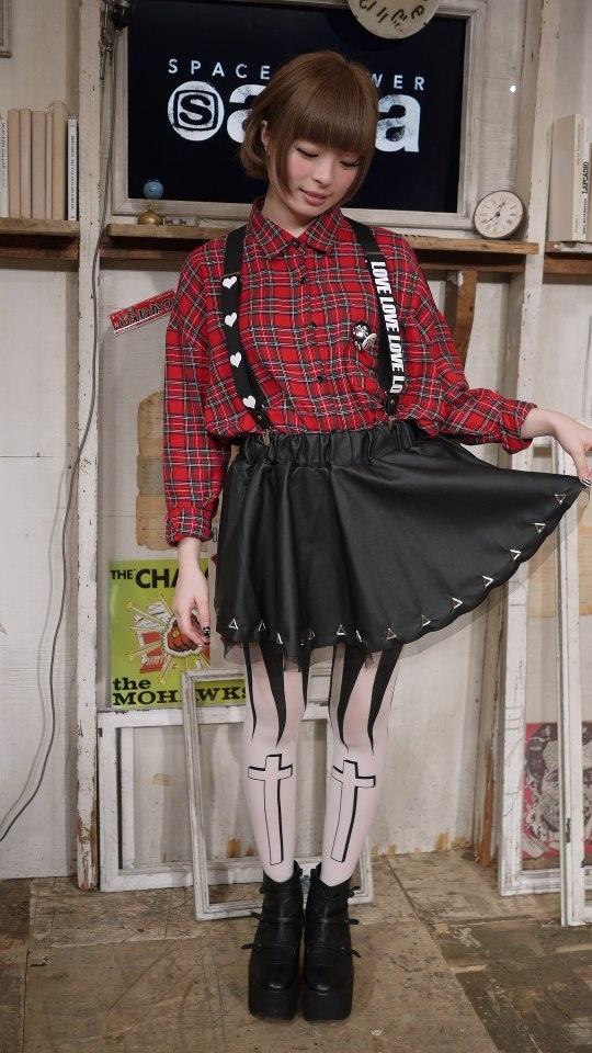 ★ きゃりーぱみゅぱみゅの先週のファッション ★ チェックのシャツを着てるきゃりーって初めて見たかも!よりキュートさが増しますねー。そういえば、きゃりーがガイド役として東京案内をしちゃうガイドブック「もしもし☆TOKYO ~きゃりーの東京Kawaiiガイドツアー~」の発売が決定しました!どんな内容になるか楽しみ!きゃりーが案内するんだから、ありきたりな内容には絶対ならないでしょ~。10/29発売! ということで、本日のスペシャエリアですが、なんと録画放送!いつものスタジオを飛び出して、焼肉屋で収録しました。ゲストに向井秀徳さんをお迎えして、飲み食いしながら今年の夏を振り返っちゃいます。SLS2012の珍道中や東北ライブハウス大作戦などなどなど、かなりてんこ盛りな内容でお届けしますのでお見逃しのないように!19時にお会いしましょう!あ、熊枠は通常営業です!