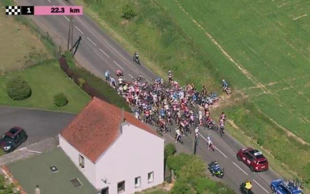 Incroyable chute lors de la première étape des Quatre Jours de Dunkerque (vidéo) -                  Avec Frederik Frison (Lotto Soudal), Stijn Vandenbergh (AG2R) et Stijn Devolder (Verandas Willems-Crelan) sont les deux autres principales victimes de la chute massive ayant fractionné le peloton à 22 kilomètres de l'arrivée de la première étape des Quatre jours de Dunkerque, mardi. Ils ont tous été emmenés