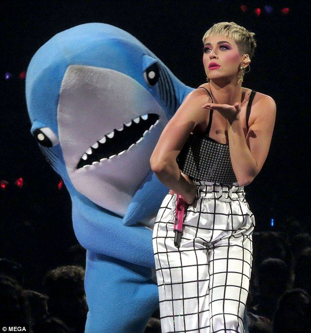 Katy Perrys viral Left Shark drags her along the stage Her now-famous Left Shark stunned with his attempts at freestyle dancing at the 2015 Super Bowl half time show. And Katy Perry enlisted the services of her favourite fish once again as the duo brought the North American leg of her Witness tour to a rather bizarre close in Vancouver Canada on Monday night. The pop princess 33 was dragged along the stage by the felt-finned dancer as the pair delighted the crowd with their hilarious…