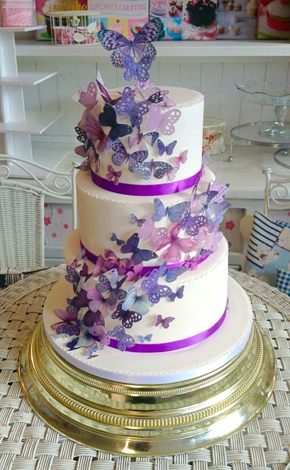 #handcrafted swirling butterflies on A gorgeous #classic3tier  Lots of #cakebakes delicious #spongecake xx