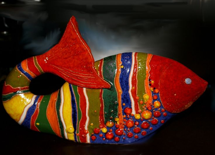 Ryba wykonana z gliny szamotowej, szkliwiona. Majolika. Danuta Rożnowska-Borys