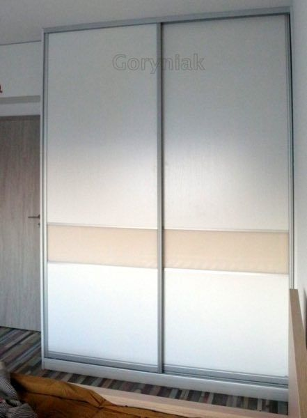 drzwi suwane z płyty białej i waniliowej