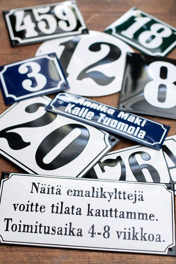 Aidot emalikyltit kestävät vuosikymmeniä - kyltin saat omalla tekstillä, numerolla ja toivomallasi koolla - Domus Classica collection
