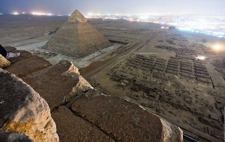 Fotógrafos escalam pirâmides do Egito escondidos e registram imagens inéditas http://www.hypeness.com.br/2013/03/fotografos-escalam-ilegalmente-as-piramides-do-egito-e-registram-imagens-inacreditaveis/
