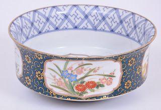 Bowl em porcelana japonesa com decoração floral acompanha peanha.