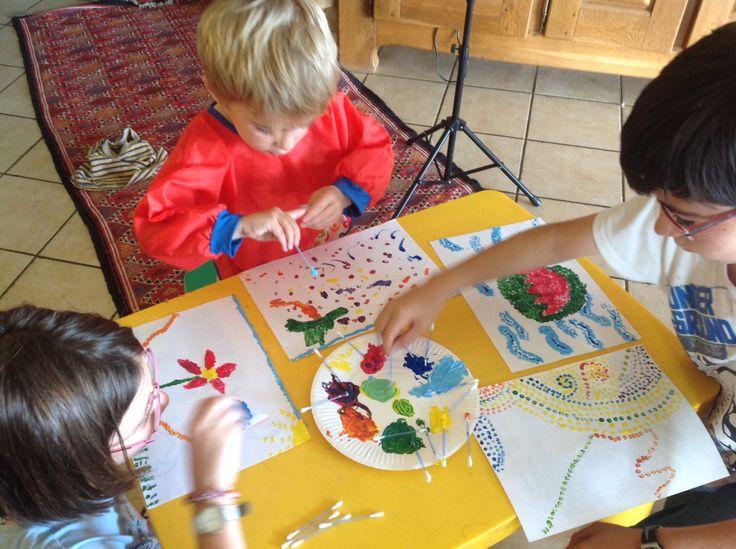 J'ai préparé sur la petite table une assiette en carton avec les trois couleurs primaires plus un «tas» bleu/jaune, un jaune/rouge et un rouge/ bleu et J'ai mis …