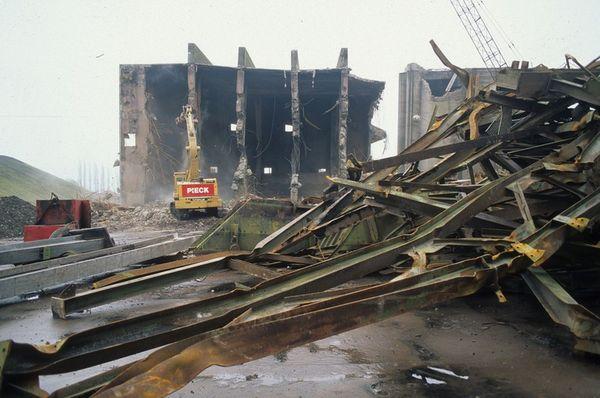 In 1999 werden de kolenbunkers achter de kolenwasserij van de steenkoolmijn van Beringen afgebroken. De kolenwasserij zelf is deels beschermd als monument. [B. Van Doorslaer/PCCE - 012a/16]