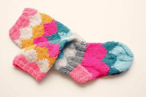 Yllätyksenä perjantai-iltaan teille ohje lapsen söpöihin sukkiin. Olkaat hyvät! Ohje on noin viisivuotiaan sukkiin. Tarvitset kolmosen sukkapuikot ja pieniä nyssäköitä mukavan värisiä lankoja samal…