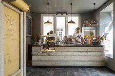 Café Ragazzi in Nienburg - Fabriklampen und schlichte Theke aus Holz