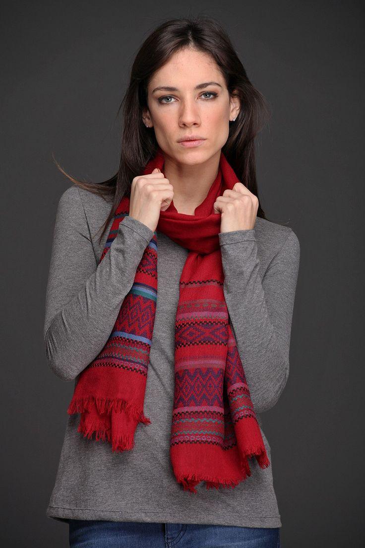 Chalina Nayana. Realizada en algodón poliester de textura suave, con detalle bordado de guardas estilo incaico y bordes deflecados. Con una hermosa paleta de colores, muy abrigada para lucir esta temporada.
