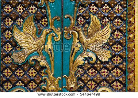 Азия, Индонезия, Бали.  Позлатени издълбани храмовите врати със символи на птици в Бали, Индонезия.