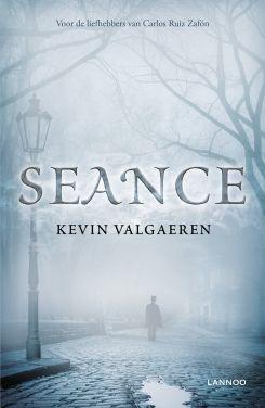 Seance is een duistere, historische thriller waarin passie, gruwel en spanning naadloos in elkaar worden verweven; een spannende roman in de Angelsaksische traditie. - Uitgeverij Lannoo