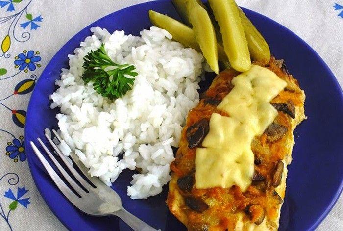 Výborná pochoutka vhodná na oběd nebo večeři. Zapékaná kuřecí prsa s mrkví a houbami, případně posypané sýrem.