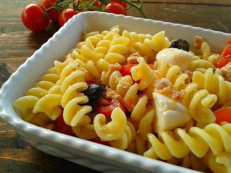 La pasta fredda con pomodorini e mozzarella è un primo piatto fresco e veloce preparato con tonno, olive, pomodorini e mozzarelline ciliegia.