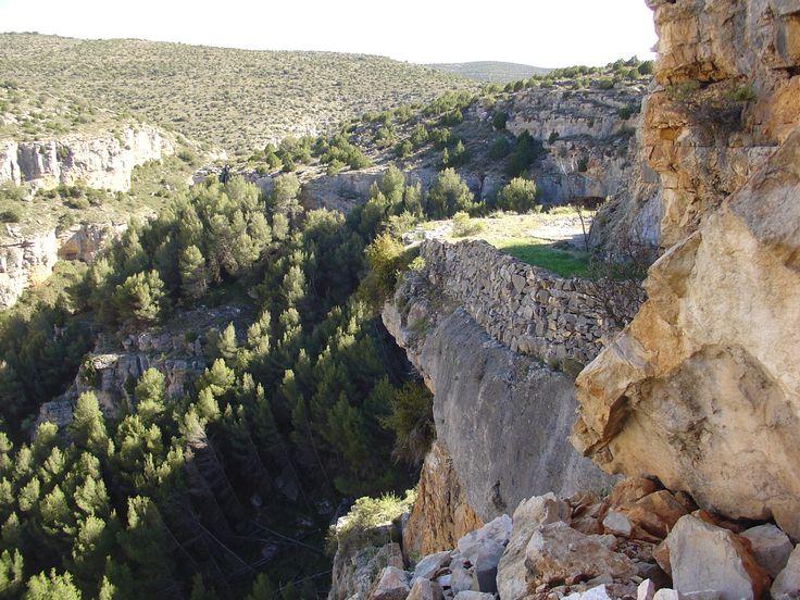 Antiguas parideras de piedra seca colgadas sobre el cañón del Mesa (Jaraba)