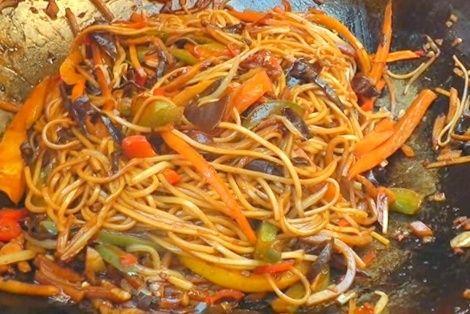 Wegetariański Chow Mein to wegetariańska odmiana popularnego chińskiego chow mein