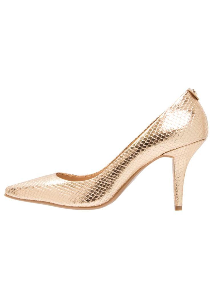 ¡Consigue este tipo de zapato de tacón de Michael Michael Kors ahora! Haz clic para ver los detalles. Envíos gratis a toda España. MICHAEL Michael Kors FLEX MID Tacones gold metallic: MICHAEL Michael Kors FLEX MID Tacones gold metallic Zapatos   | Material exterior: piel, Material interior: piel, Suela: fibra sintética, Plantilla: cuero | Zapatos ¡Haz tu pedido   y disfruta de gastos de enví-o gratuitos! (zapato de tacón, tacones, tacon, tacon alto, tacón alto, heel, heels, schuhe mi...