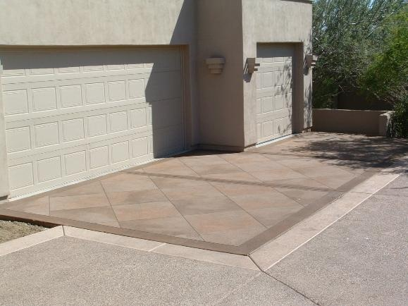 Desert Inspired Mottled Tile Driveway With Border