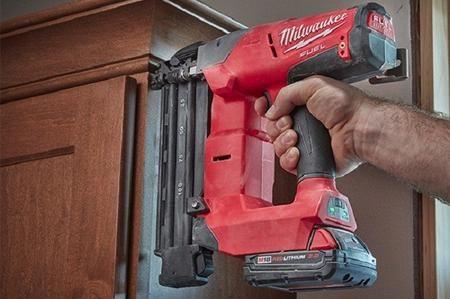 La chiodatrice, conosciuta anche come pistola sparachiodi, può essere utilizzata per qualsiasi progetto in cui è necessario impiegare i chiodi. Per i progetti di grandi dimensioni, come ad esempio l'installazione di un tetto o l'aggiunta di una recinzione, si usa un fucile ad aria, che riduce il tempo di lavoro ed aumenta la consistenza e la stabilità della struttura. Questi potenti strumenti possono essere alimentati da aria compressa, gas o elettricità. Ma ora vediamo come usare una…