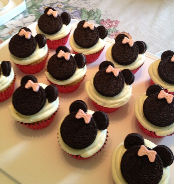Minnie Mouse Cupcakes - grab some mini Oreo cookies & some ...